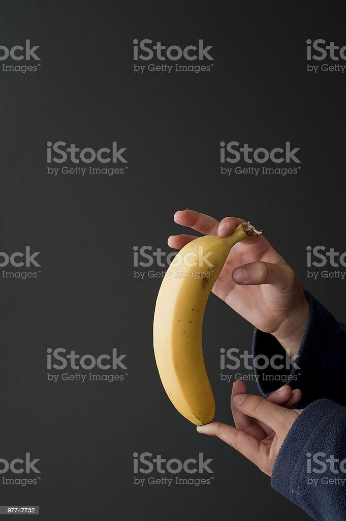 Banana sobre negro lugar en un lado foto de stock libre de derechos