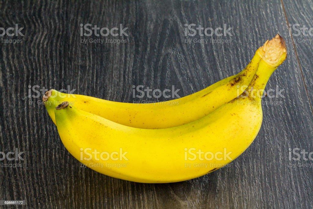 Bananes sur fond sombre stock photo