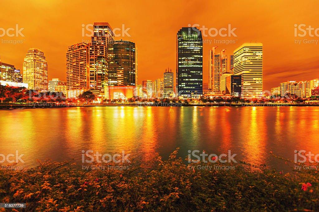 Der Innenstadt von Bangkok bei Nacht mit Reflexion der skyline, Bangk Lizenzfreies stock-foto