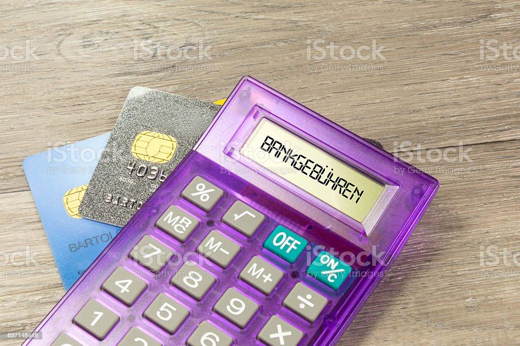 Bankgebühren, Kreditakarten und ein Taschenrechner stock photo