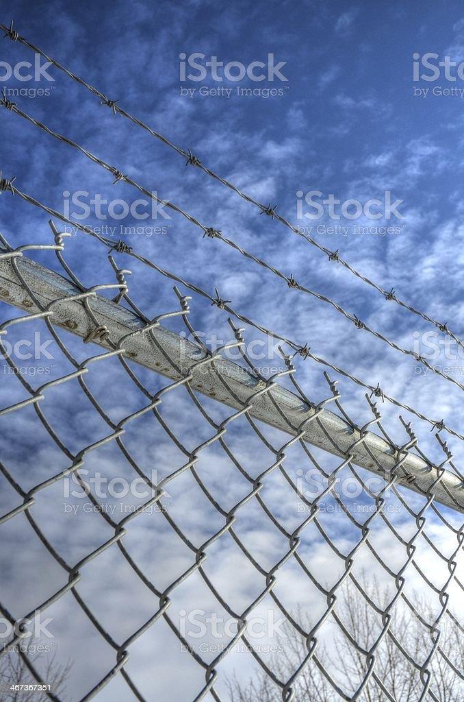 Колючая проволока с цепочкой Фехтование Стоковые фото Стоковая фотография