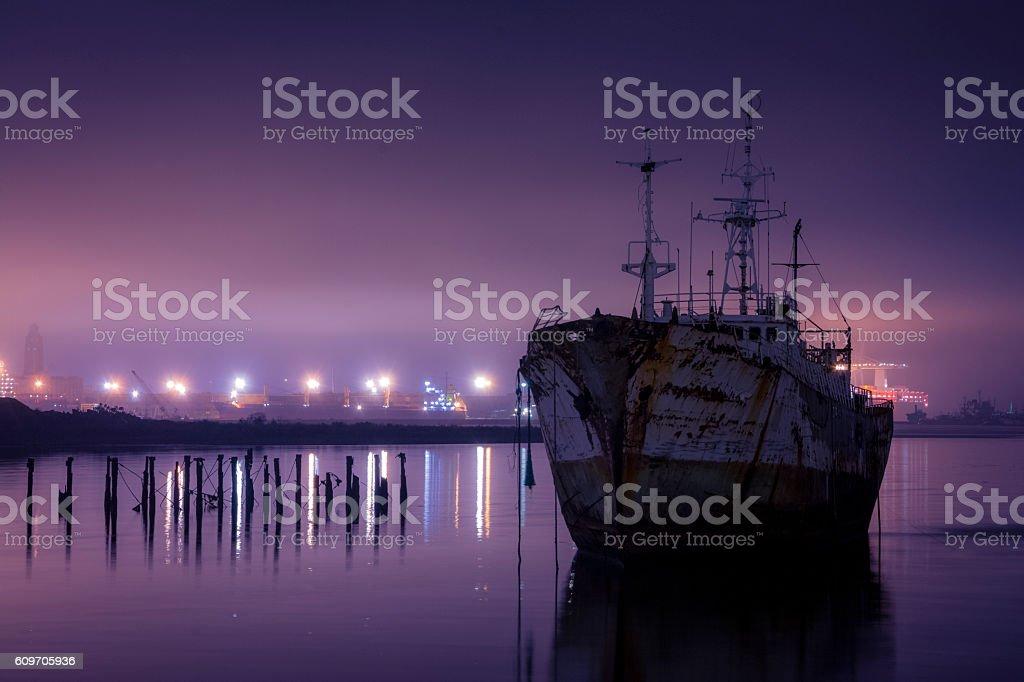 Barco viejo en la noche stock photo