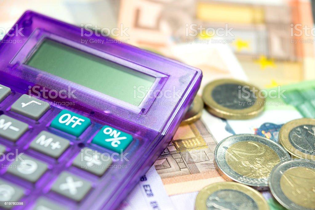 Bargeld und Taschenrechner stock photo