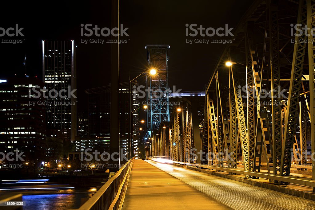 Ponte levatoio sul fiume di notte illuminazione foto stock royalty-free