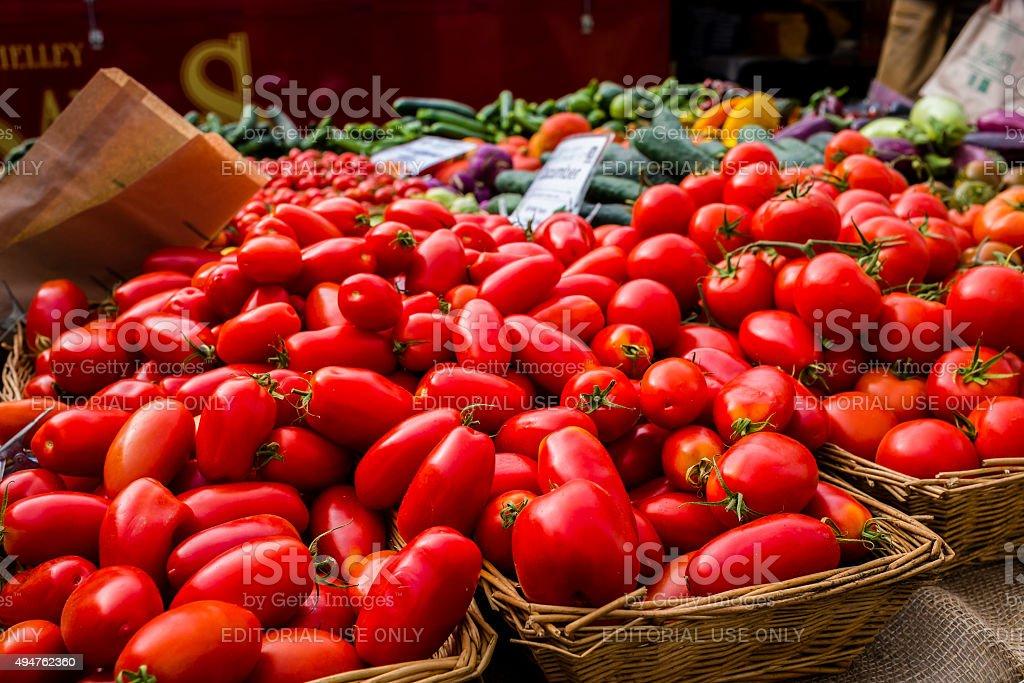 Cesti di mercato di pomodori foto stock royalty-free