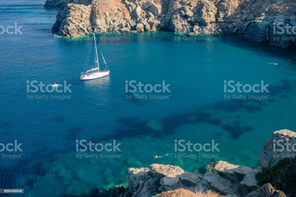 Bateau au mouillage Kastro, Sifnos, Grèce stock photo
