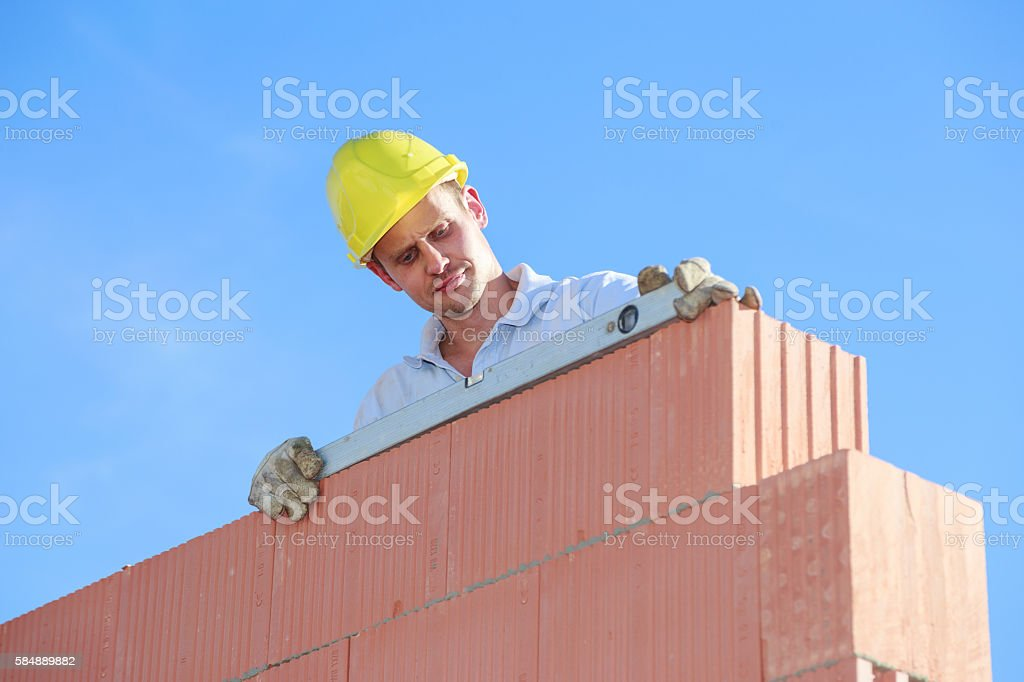 Bauarbeiter mit Wasserwaage stock photo
