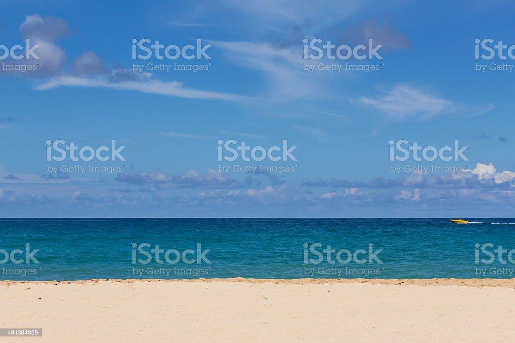 Praia e mar em céu azul fundo, Phuket beach foto royalty-free