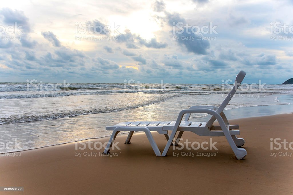 Chaise de plage sur une plage de sable photo libre de droits