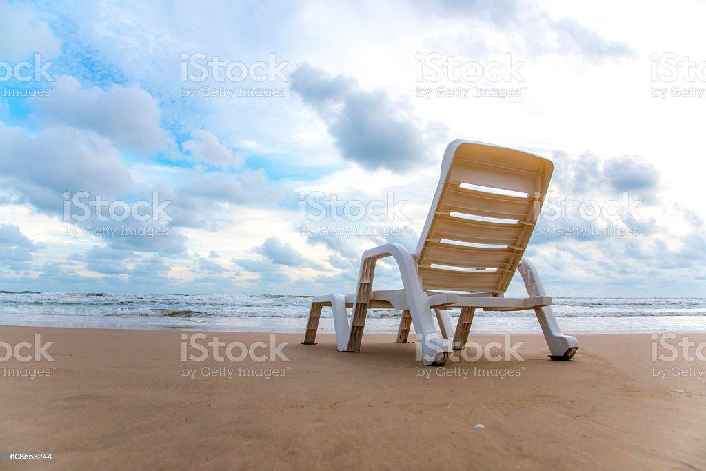 Chaise de plage sur une plage de sable photo libre de droits