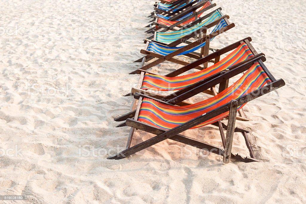 Strandkorb am weißen Sandstrand Lizenzfreies stock-foto