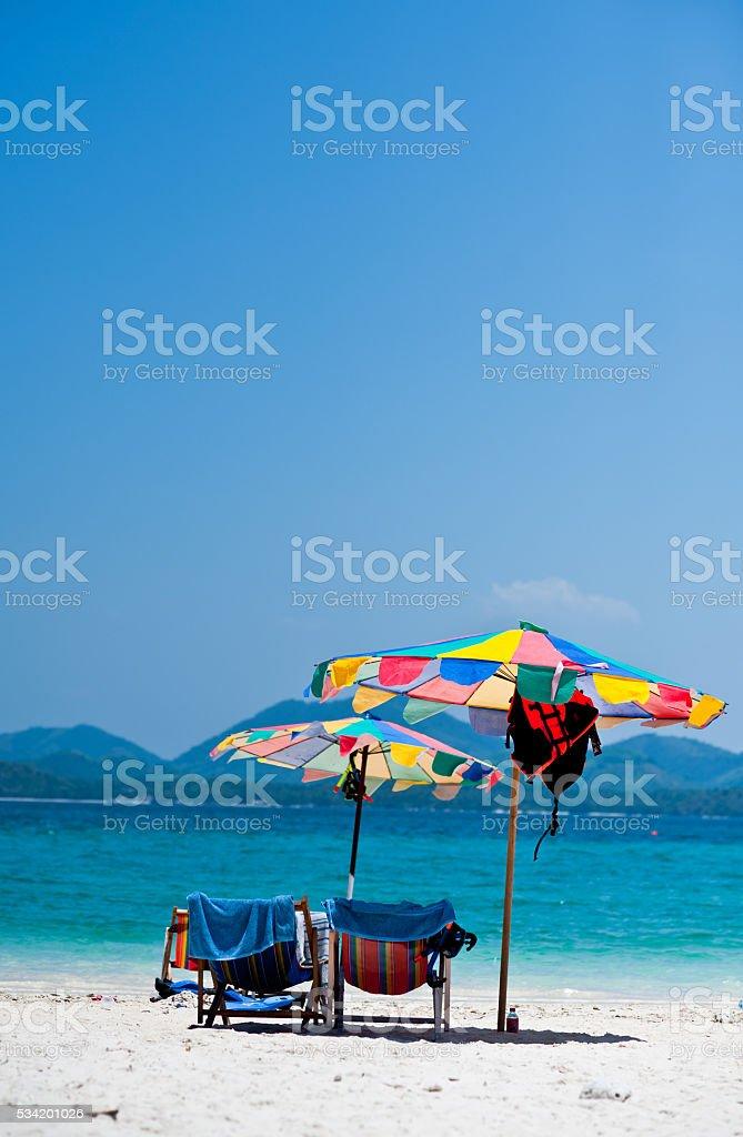 Leżak pod parasol na plaży z kolorowych zbiór zdjęć royalty-free