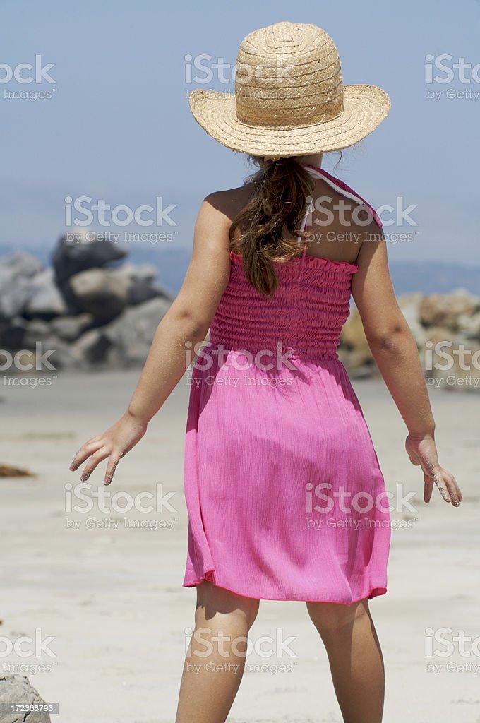 Spiaggia ragazza in rosa foto stock royalty-free