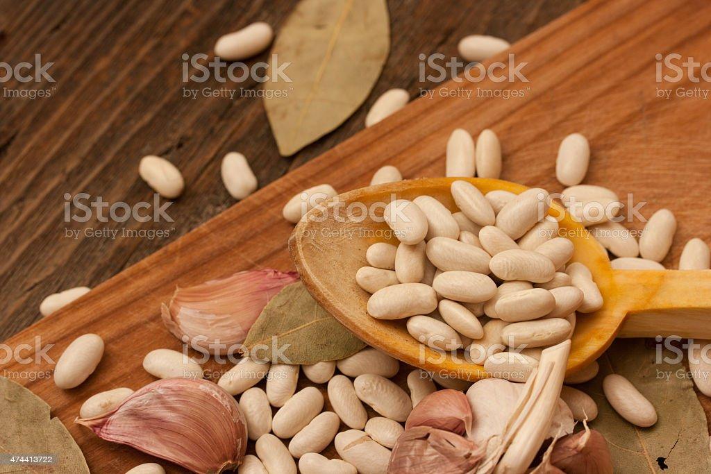 Granos en una cuchara de madera natural de fondo de textura de madera foto de stock libre de derechos