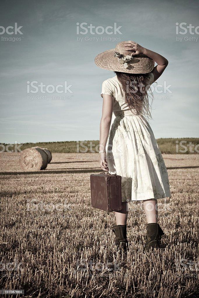아름다운 키런 왜고너의 복고풍 여자 걷기 필드에 royalty-free 스톡 사진