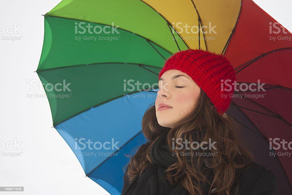 아름다운 키런 왜고너의 여자 아래 즐기는 동절기의 색상화 우산 royalty-free 스톡 사진