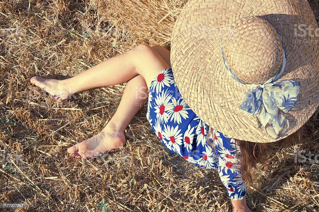 아름다운 키런 왜고너의 여성, 빈티지 의류 휴식 필드에 royalty-free 스톡 사진