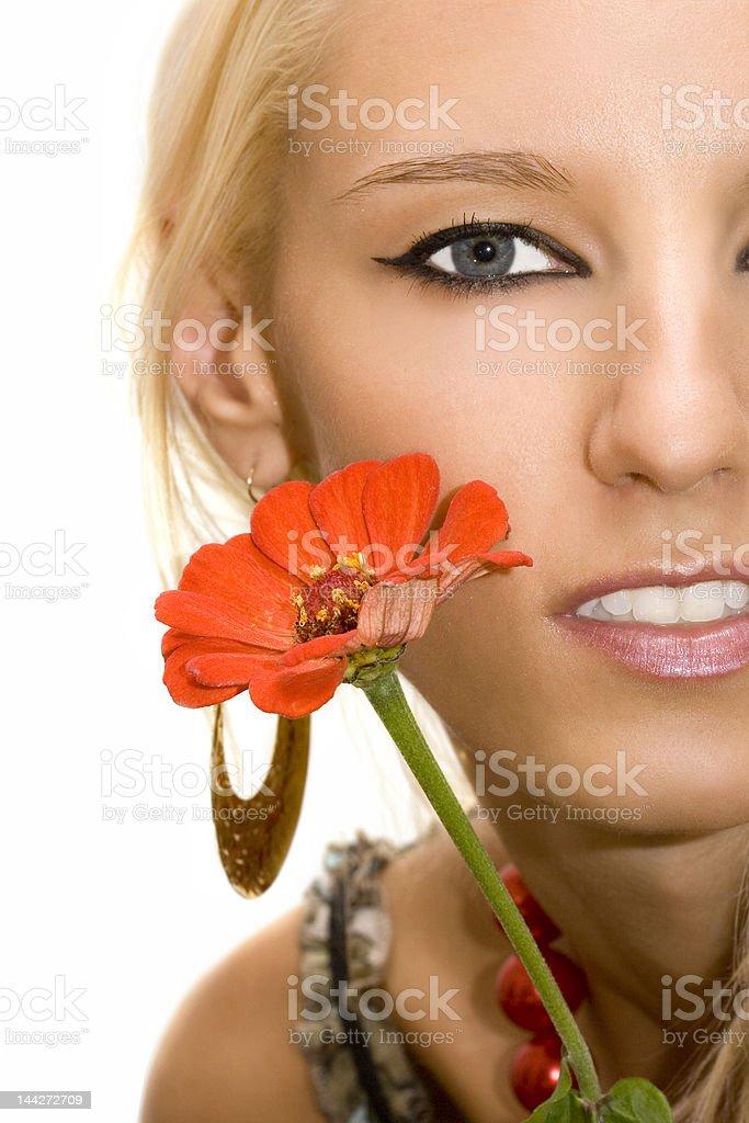 Bela Menina de loiro com Flor isolado em fundo branco foto de stock royalty-free
