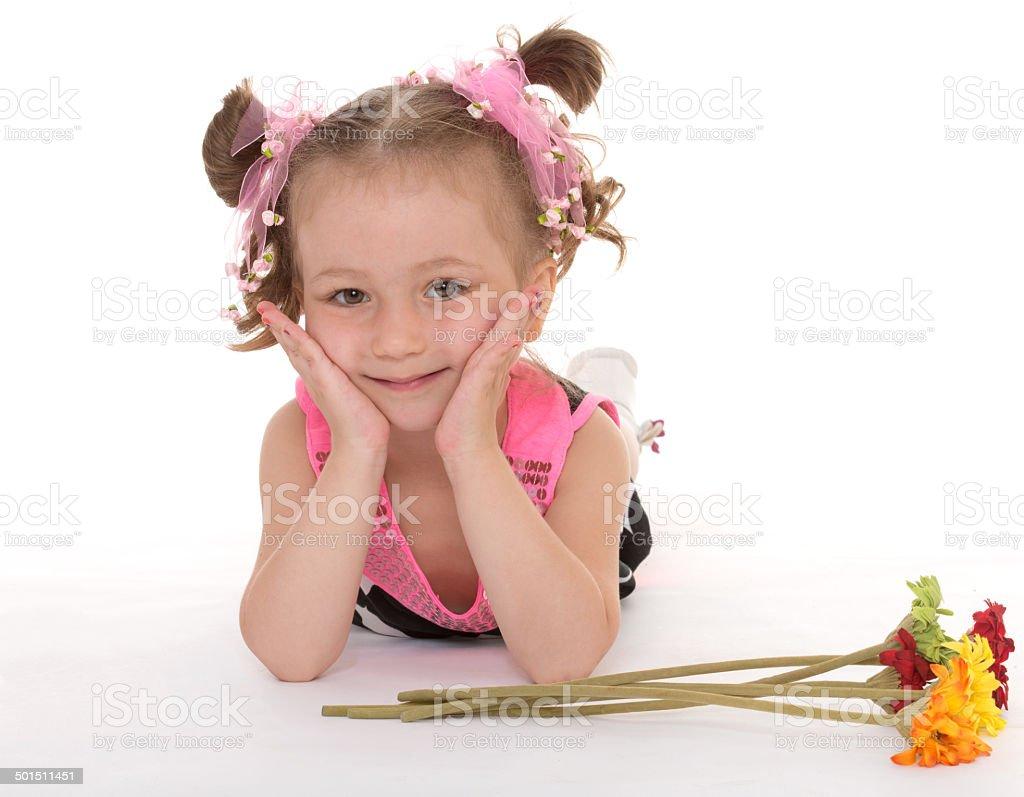 Beau blond petite fille avec de longs cheveux de fleurs parfumées photo libre de droits