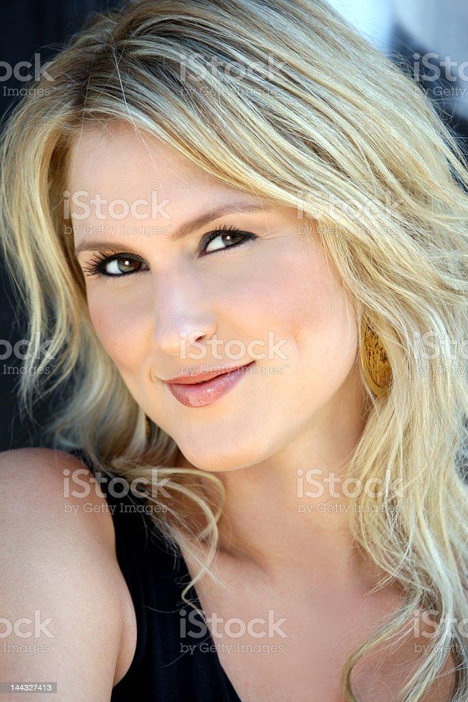 Hermosa rubia joven mujer foto de stock libre de derechos