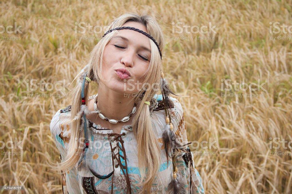 아름다운 너무해 히피 여자아이 보내기 키스 royalty-free 스톡 사진