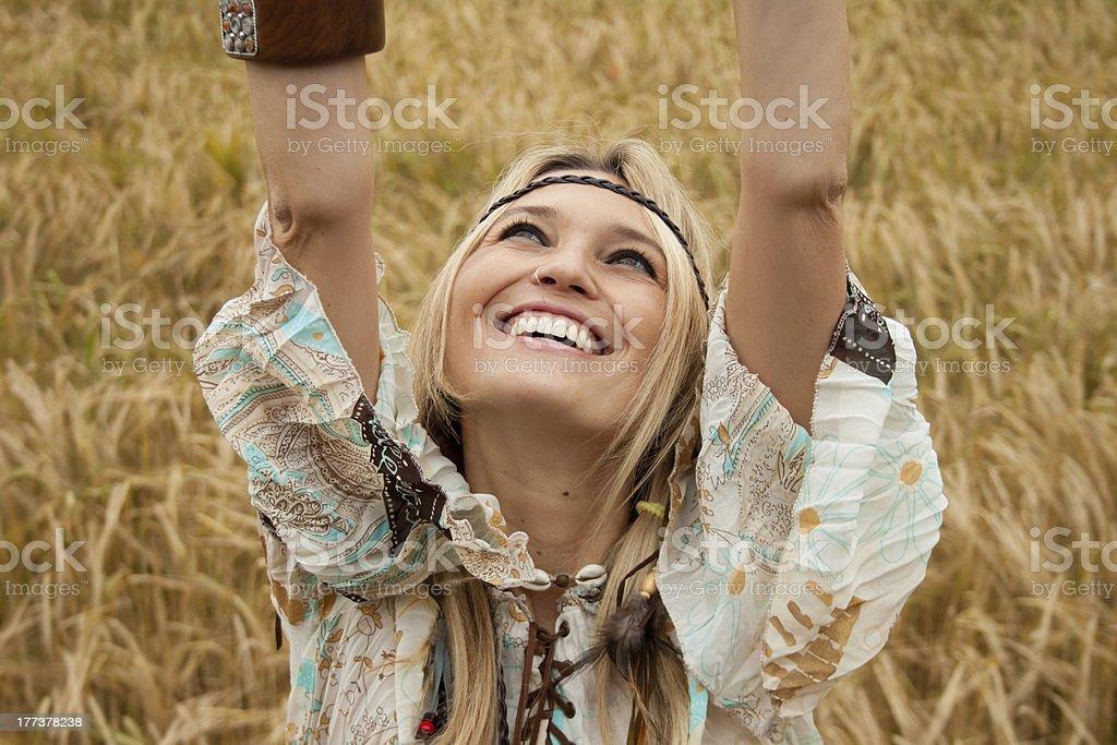 아름다운 너무해 히피 여자아이 미소, 암즈 돋아져 royalty-free 스톡 사진