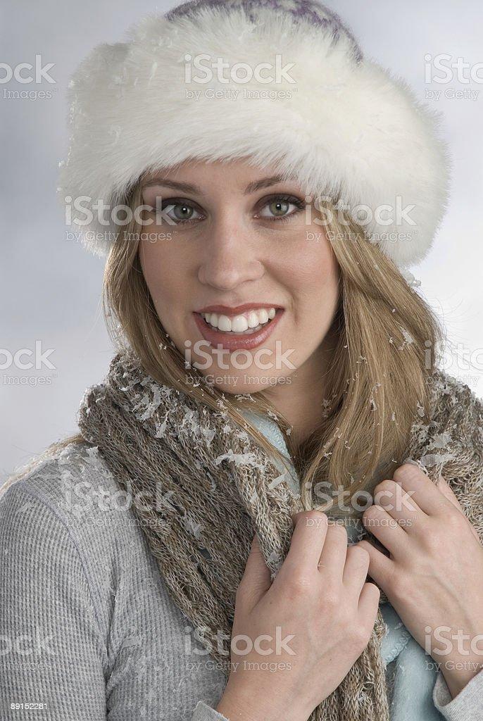 Hermosa rubia en invierno de ajuste foto de stock libre de derechos