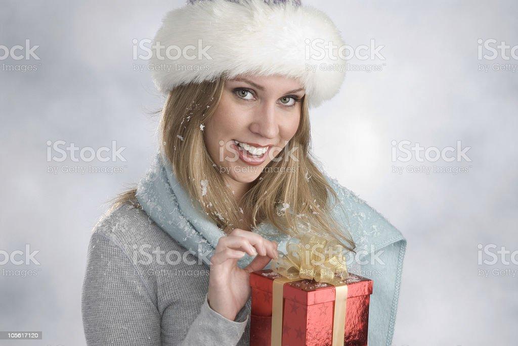 Hermosa rubia con regalo de navidad foto de stock libre de derechos