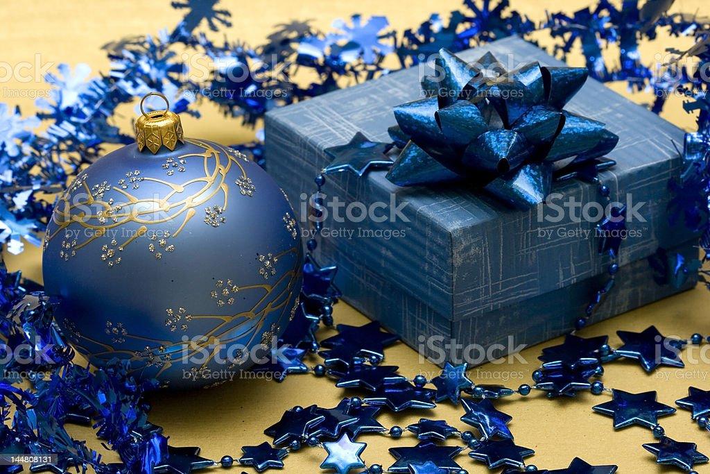 Bela Bola de Natal azul e uma caixa de oferta foto de stock royalty-free