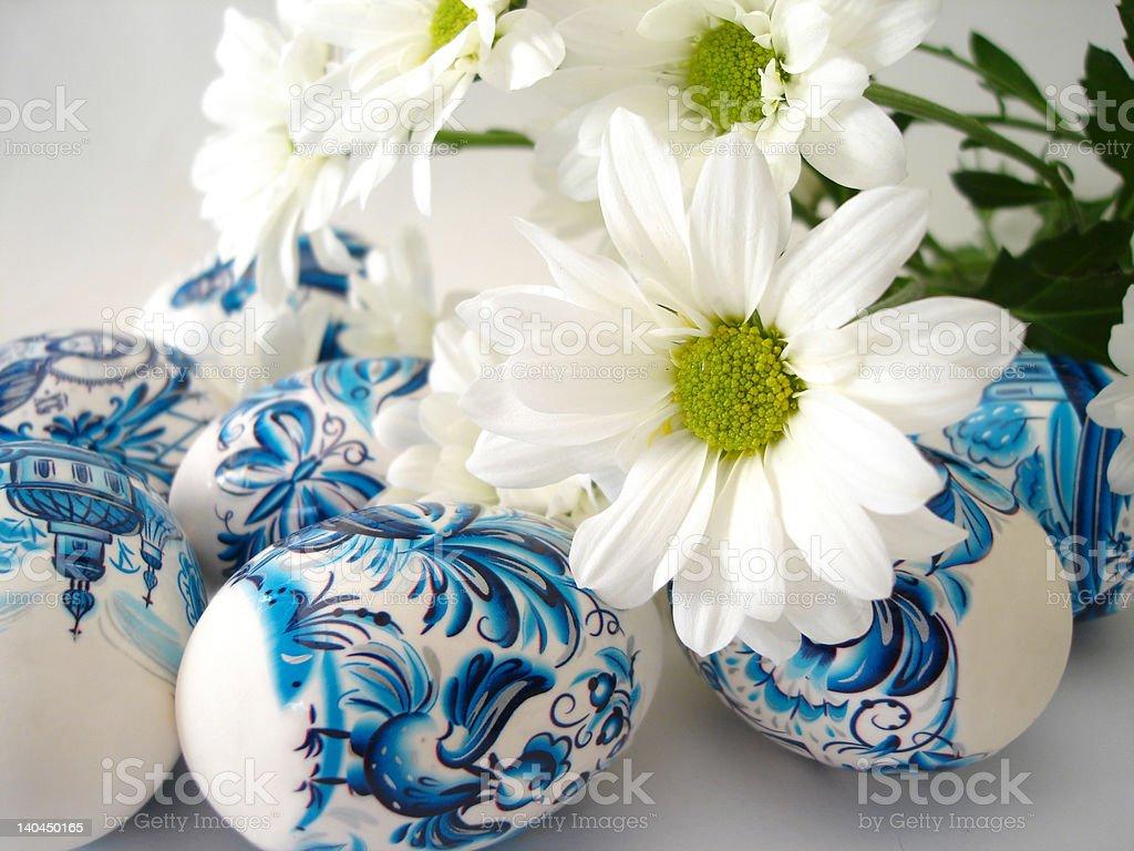 Bonito ovos de Páscoa azul com flores brancas foto de stock royalty-free