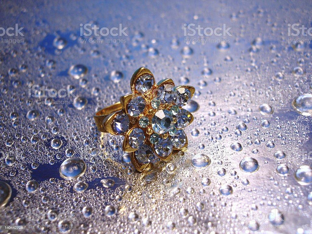 Bela Anel de prata Azul sobre fundo com gota de água foto de stock royalty-free