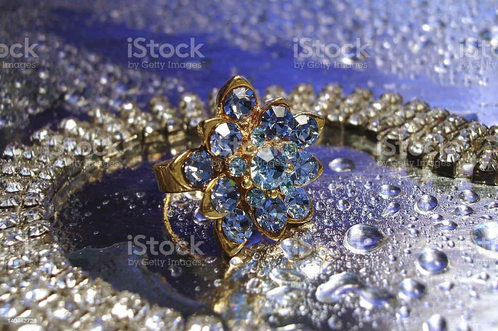 Anel azul bonito com Colar de prata de fundo foto de stock royalty-free