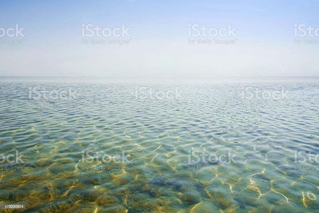 Belle eau claire qui reflètent le soleil photo libre de droits
