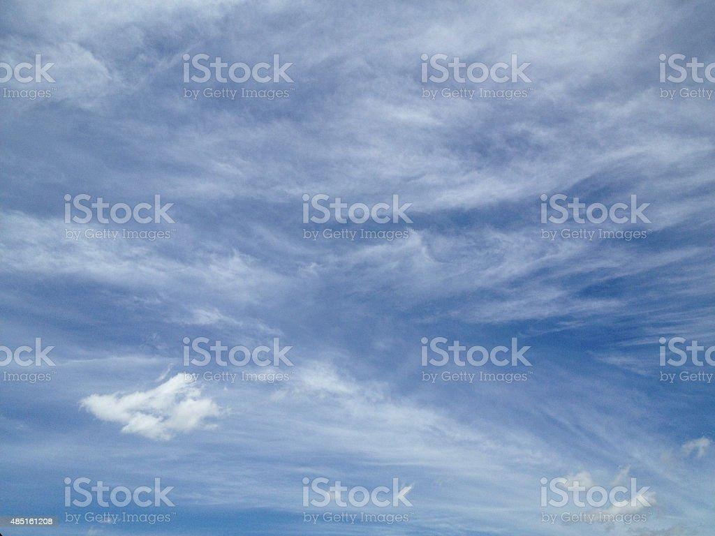 Красивые облака линии и голубое небо в солнечный день Стоковые фото Стоковая фотография