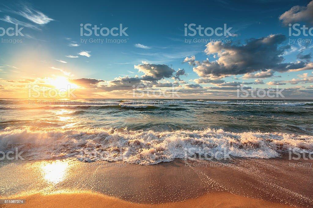 Bela Paisagem com nuvens sobre o mar - fotografia de stock