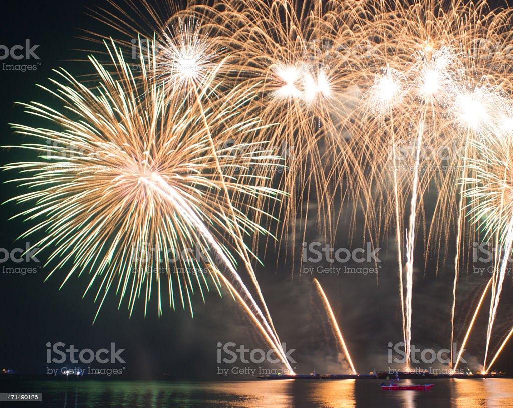 Красивые красочные яркие фейерверки Озеро отражений света в ночное небо Стоковые фото Стоковая фотография