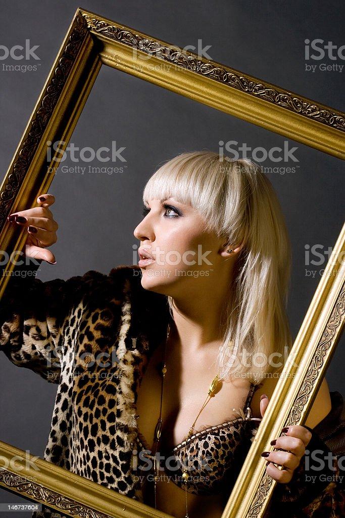 Linda Menina com um casaco de pele foto de stock royalty-free
