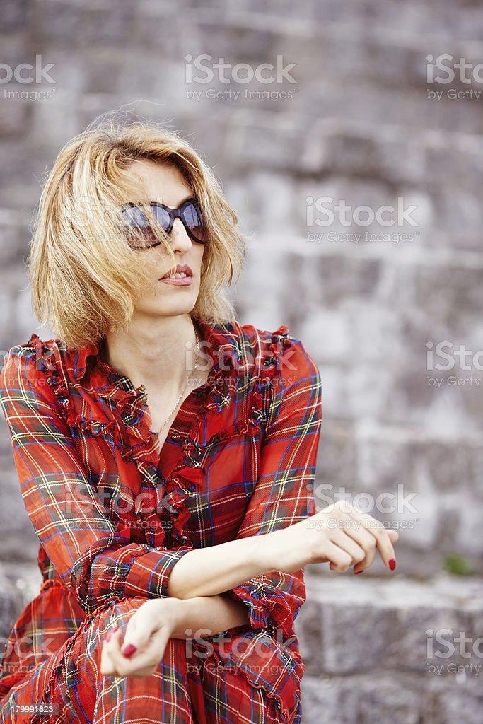 Bella ragazza in un Vestito rosso foto stock royalty-free
