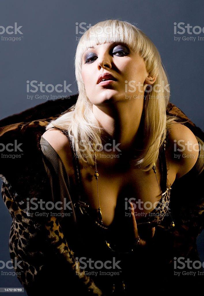 Linda Menina com um casaco de Pele de Tigre foto de stock royalty-free