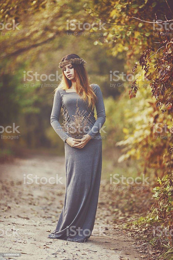 Bella ragazza in autunno parco foto stock royalty-free