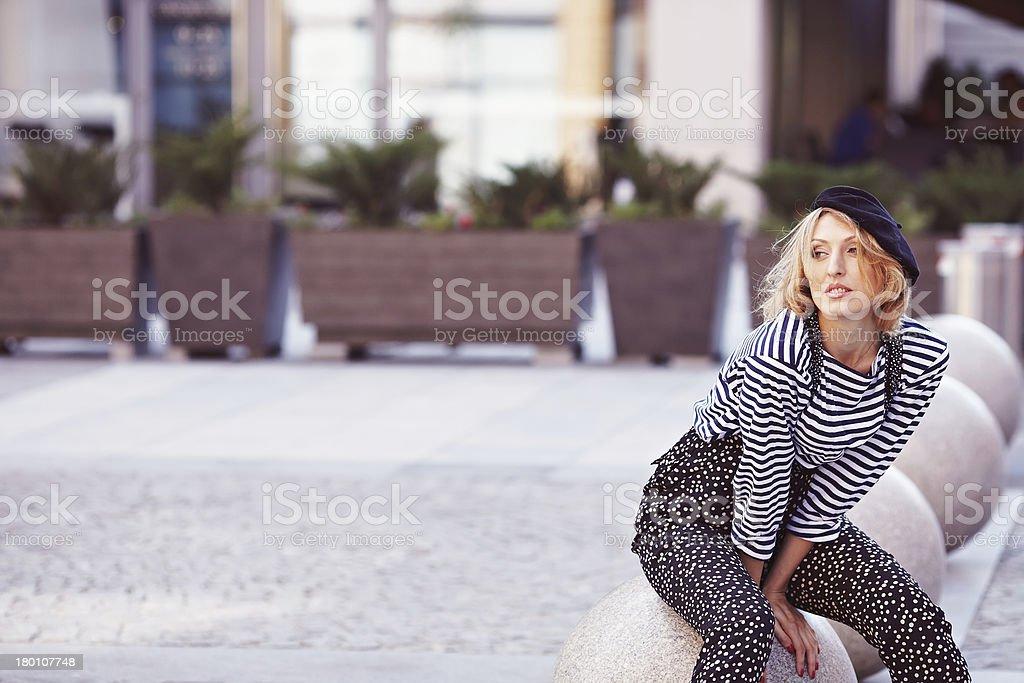 Bella ragazza con il gilet a righe foto stock royalty-free
