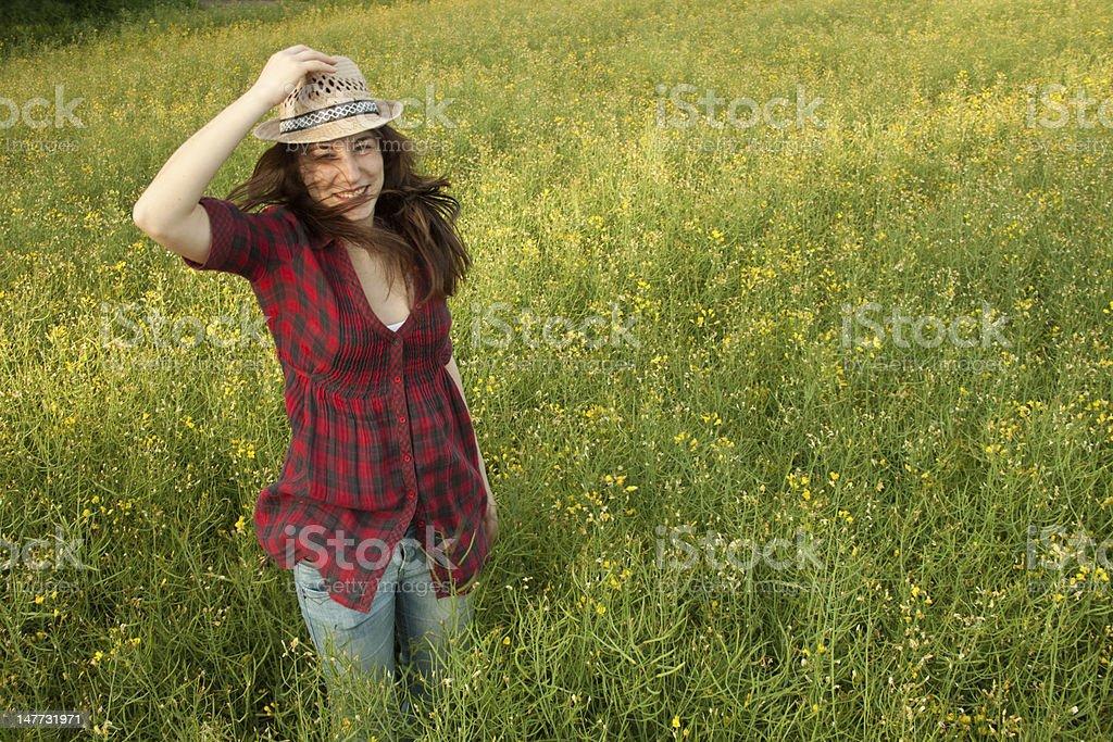 아름다운 소녀 뛰어내림 필드에 royalty-free 스톡 사진