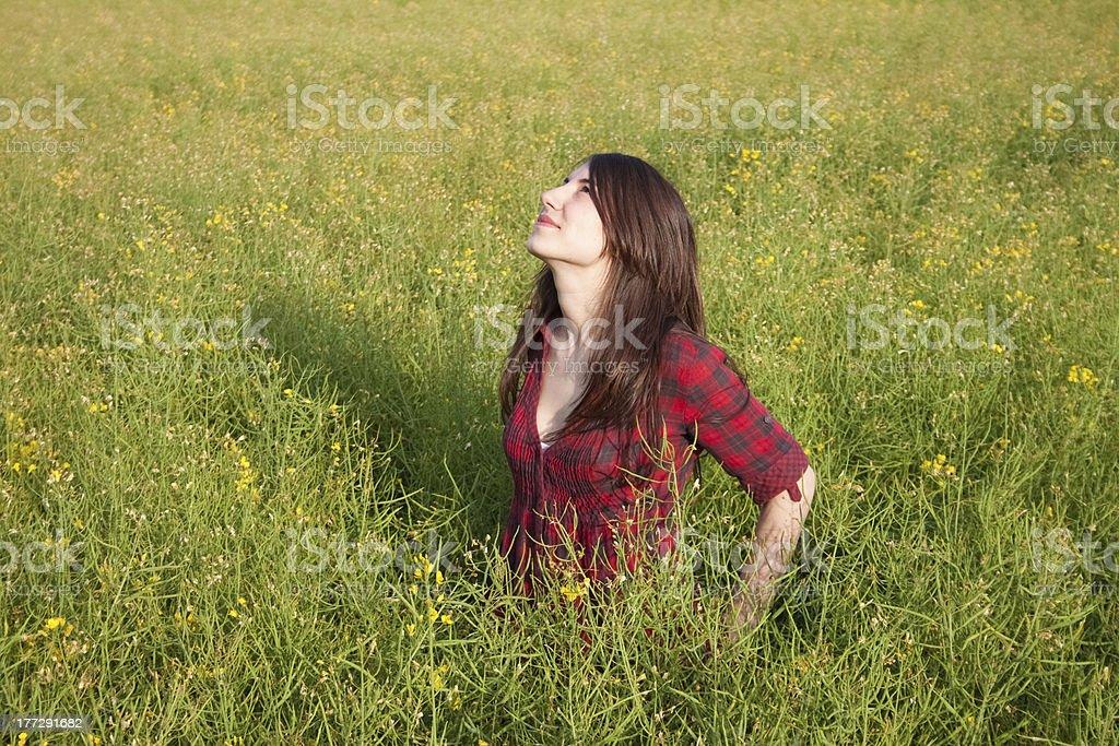 아름다운 소녀 루킹 to the sky royalty-free 스톡 사진