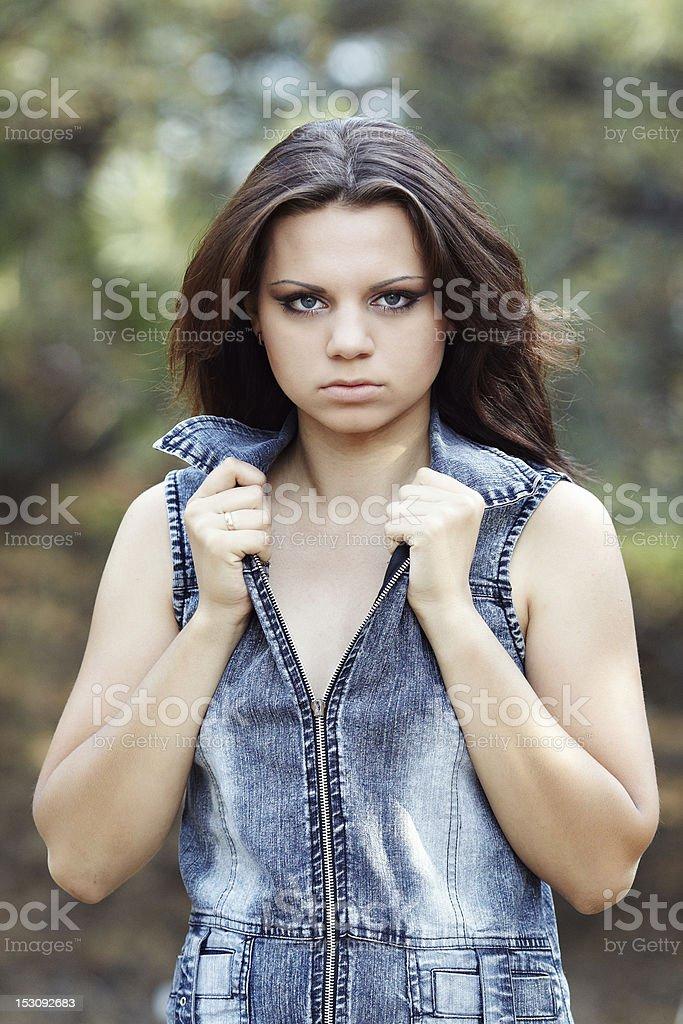 Bella ragazza in un legno di pino foto stock royalty-free