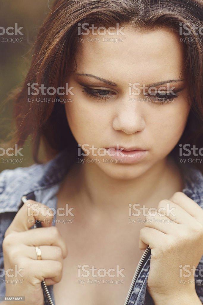 Bella ragazza in legno di pino foto stock royalty-free