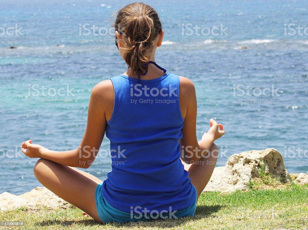 Hermosa chica en la playa Meditando foto de stock libre de derechos