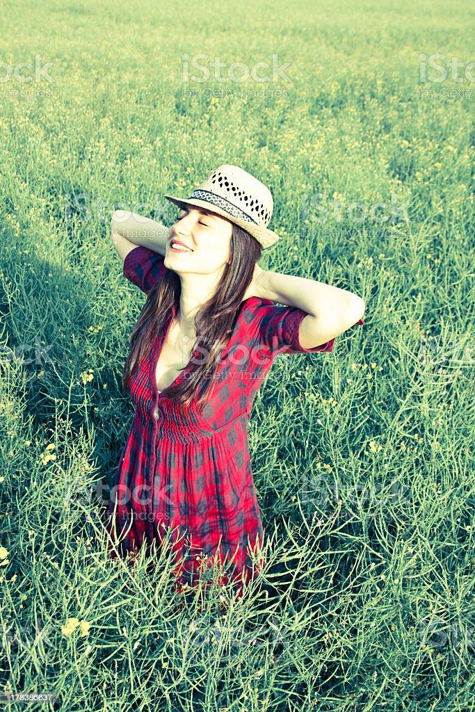 아름다운 소녀 편안한 필드에 royalty-free 스톡 사진