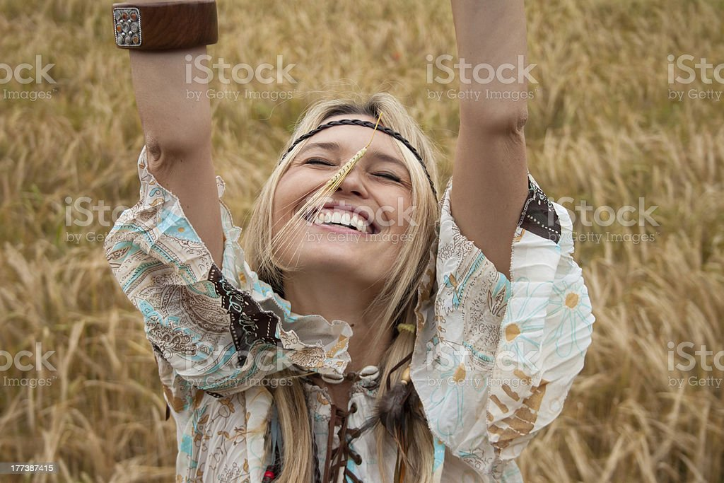 아름다운 히피 여자아이 미소, 청력보조용 of 위트 on 노즈 royalty-free 스톡 사진