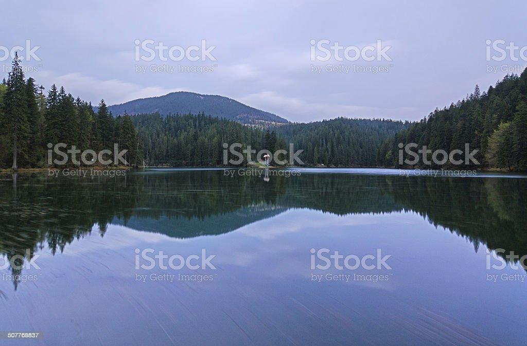 Hermoso paisaje en el lago de montaña Sinevir. foto de stock libre de derechos