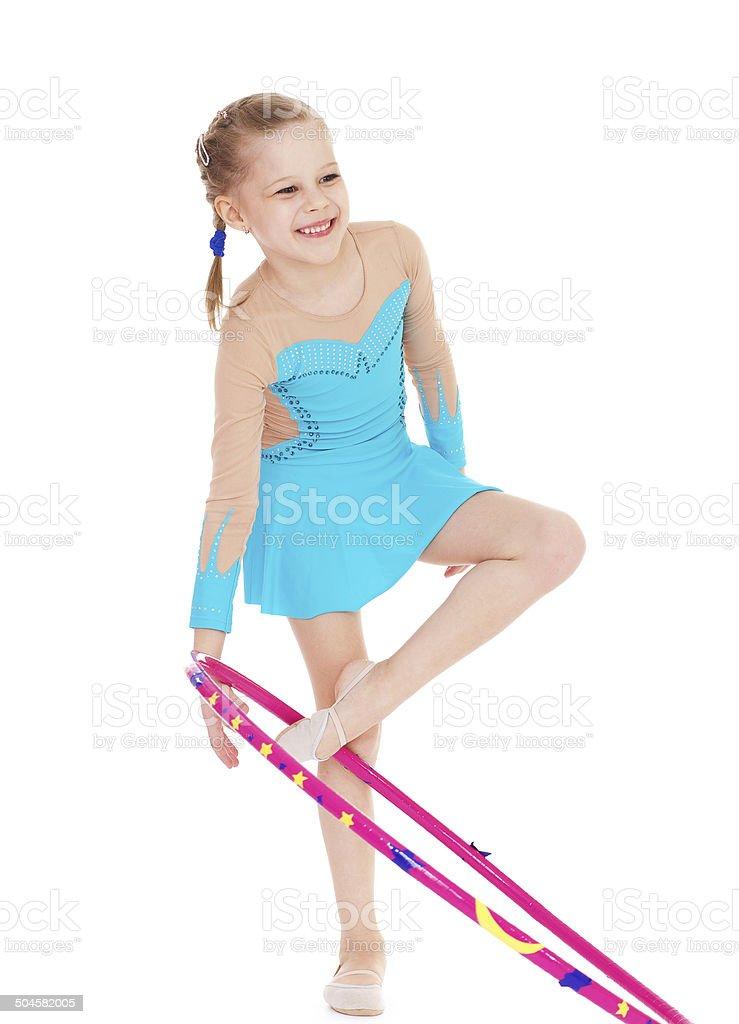 Belle petite gymnaste avec le panier photo libre de droits